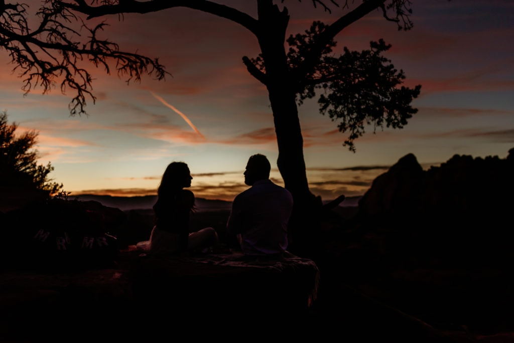 Couple 's silhouettes in the sunset